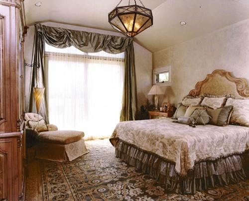 классический интерьер маленькой спальни