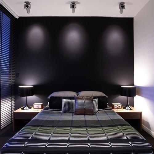 темный интерьер маленькой спальни