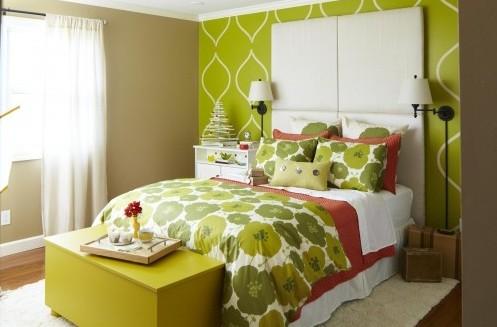 яркий интерьер маленькой спальни