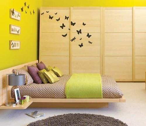 кровать с интегрированными полками в маленькой спальне
