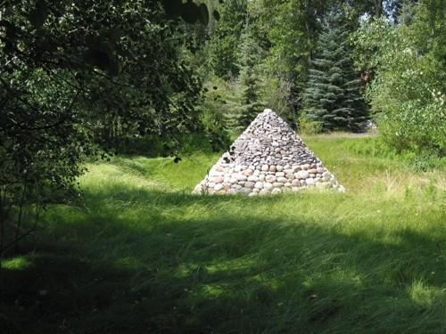 пирамида из камней в саду