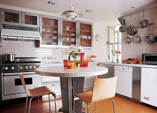 белая кухня с металлическими фасадами