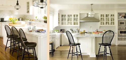 черные стулья в интерьере белой кухни