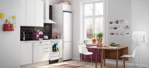 белая кухня с ярким декором