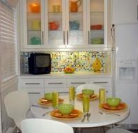 мозаичный кухонный фартук на белой кухне