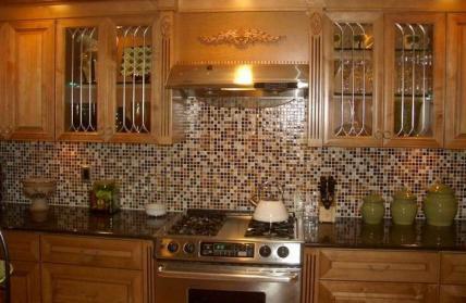 фартук из мозаики для классической кухни