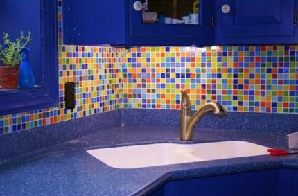 цветной кухонный фартук из мозаики для яркой мебели