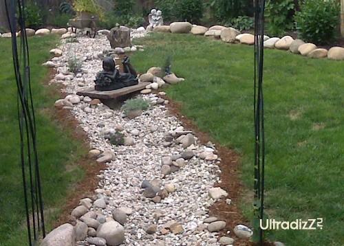 садовые скульптуре в русле сухого ручья