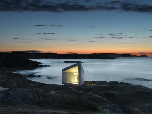 освещенный домик ночью