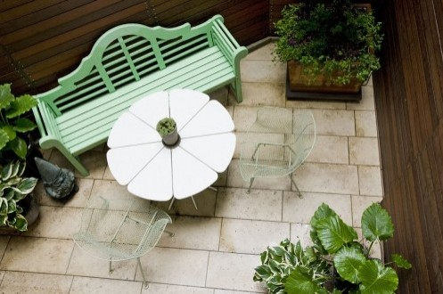 окрашенная садовая скамейка