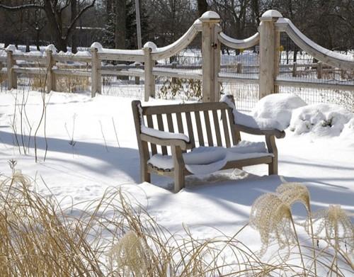 скамейка под снегом