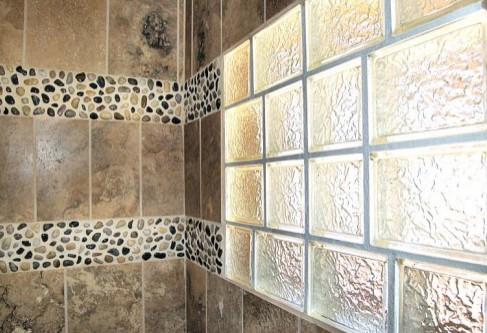 вставка из стеклоблоков в стене ванной комнаты