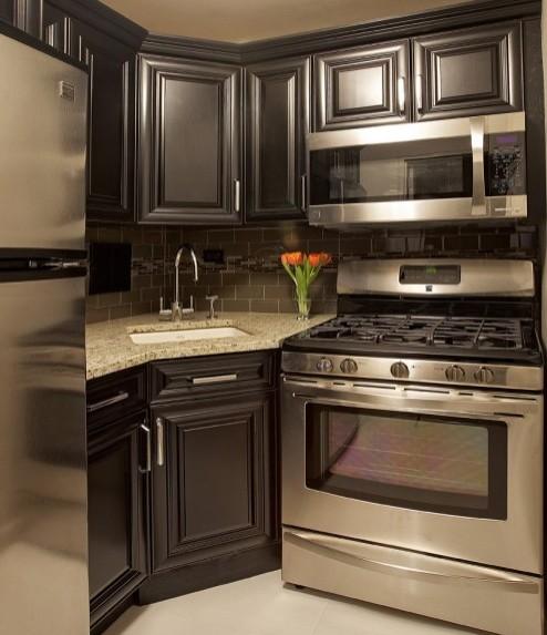 маленькая квадратная кухня с темной мебелью