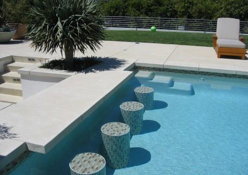 бассейн с барной стойкой