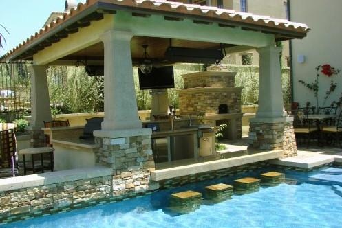 бассейн с баром рядом с летней кухней