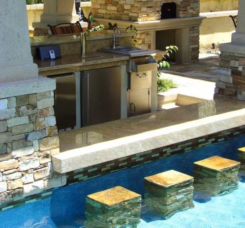 общая барная стойка бассейна и летней кухни