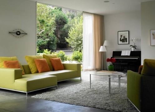 зеленые элементы в белой гостиной