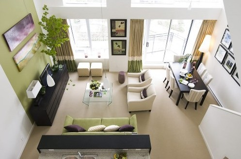 современная гостиная с сочетанием зеленого и фиолетового декора