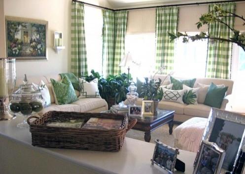 зеленый декор в белой гостиной