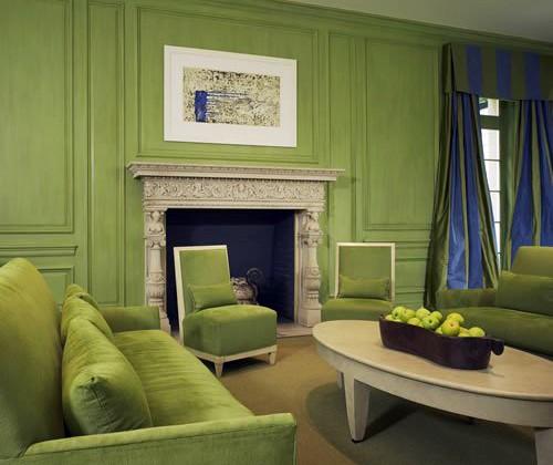 белые и синие контрасты в зеленой гостиной