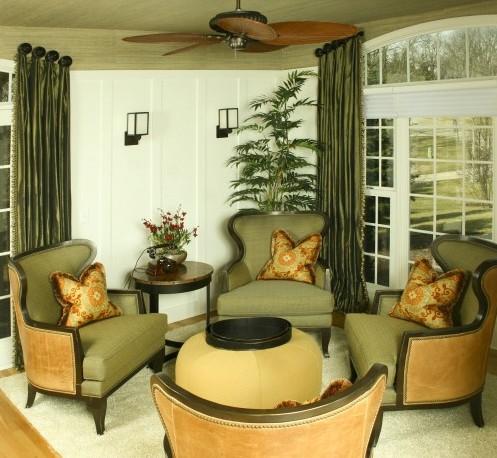 зеленая гостиная с желтыми контрастными элементами