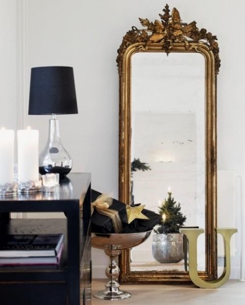 напольное зеркало в черно-белом интерьере