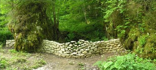 необычная каменная стена в саду