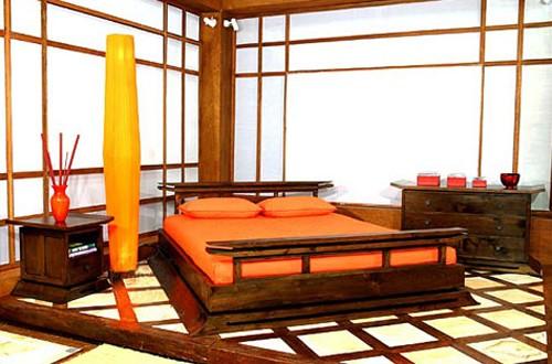 японский интерьер спальни с белыми стенами
