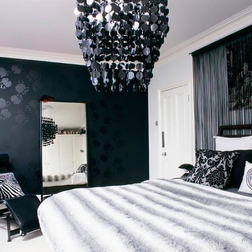 орнаментальный декор в черно-белой спальне