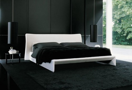 черно-белая спальня с доминирующим черным цветом