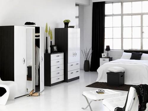 черно-белая спальня с доминирующим белым цветом