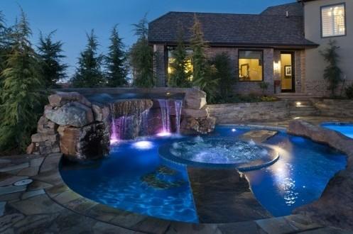каменные дорожки через бассейн