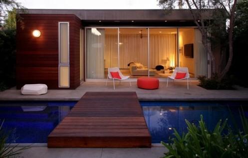 деревянная дорожка через бассейн