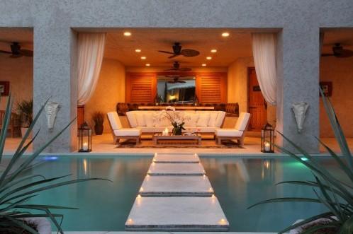современный дизайн бассейна с дорожкой