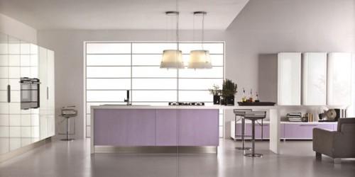 стильный интерьер кухни с сиреневой мебелью