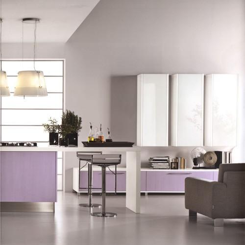 кухонная мебель с сиреневыми фасадами
