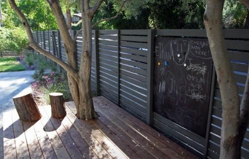 забор с доской для рисования мелками