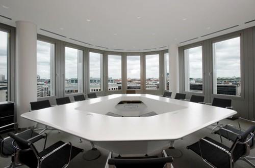 шестиугольный стол для переговорной комнаты