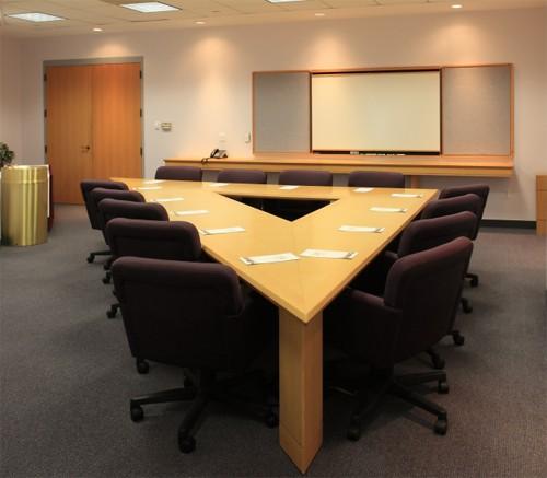 треугольный стол для совещательной комнаты