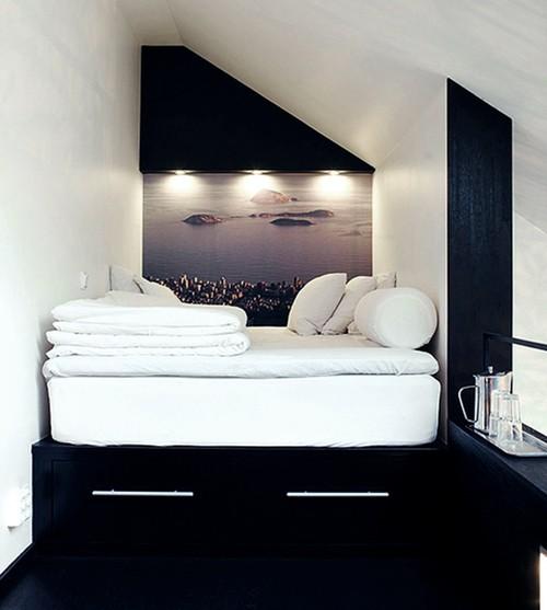 спальная зона на втором уровне в квартире студии