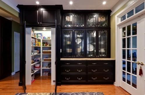 кухонная мебель со встроенной кладовкой