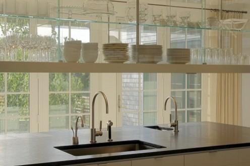 открытые полки над кухонной мойкой