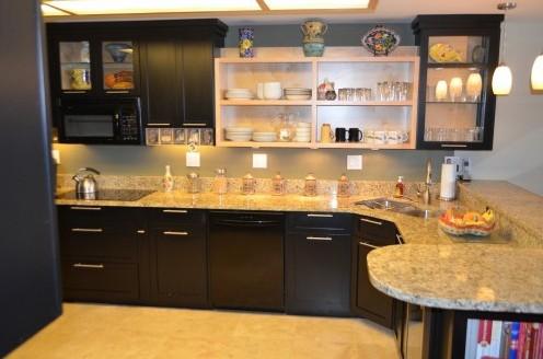 открытые полки в навесных кухонных шкафах