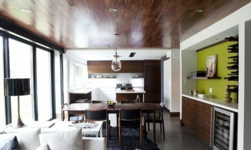темный деревянный потолок на фоне белых стен