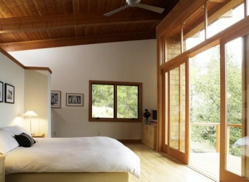 дизайн потолка из дерева в спальне