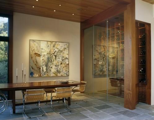 сочетание деревянного потолка с окрашенными стенами