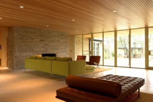 сочетание каменной стены и деревянного потолка