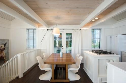 дизайн деревянного потолка с белыми декоративными балками