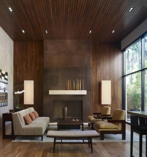 деревянный потолок в сочетании с металлическим каминным порталом