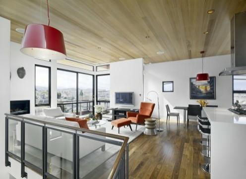 белая гостиная с деревянным потолком